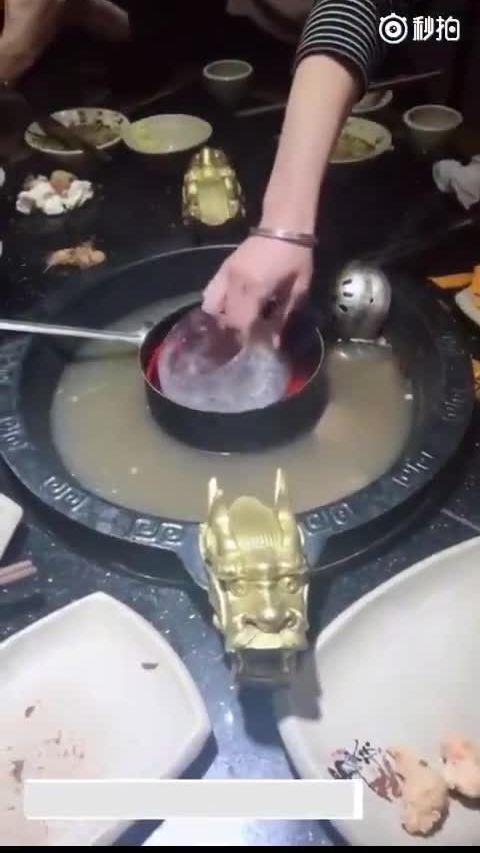 Tuyệt chiêu hớt váng mỡ khỏi nồi lẩu của nhà hàng Trung Quốc