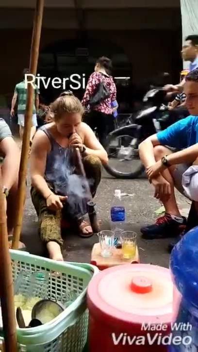 Khách Tây: 'Chưa từng thấy ai hút thuốc lào trước khi đến Việt Nam'