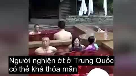 """Ngâm mình trong """"lẩu cay"""" chỉ có ở Trung Quốc"""