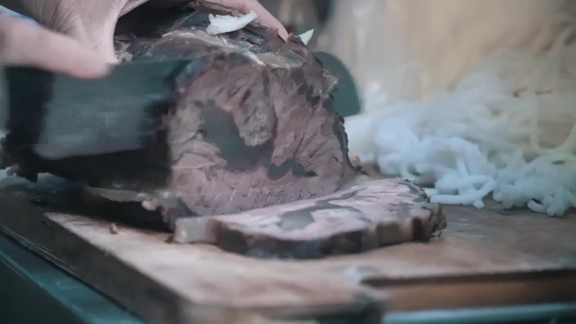 Tô bún bò Huế 'khổng lồ' giá 100.000 đồng trong hẻm nhỏ Sài Gòn