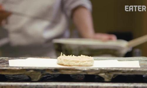 Đầu bếp Nhật chuyên nhúng tay vào chảo dầu sôi đảo thức ăn