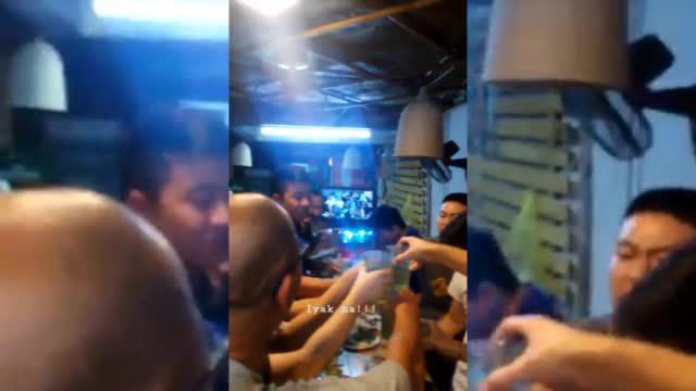 CĐV Philippines 'đi bão' cùng người Việt sau trận thua của đội nhà