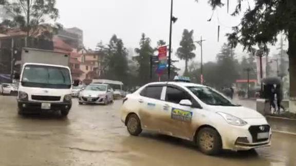 Đoàn xe đổ về Sa Pa lầy lội trong mưa rét