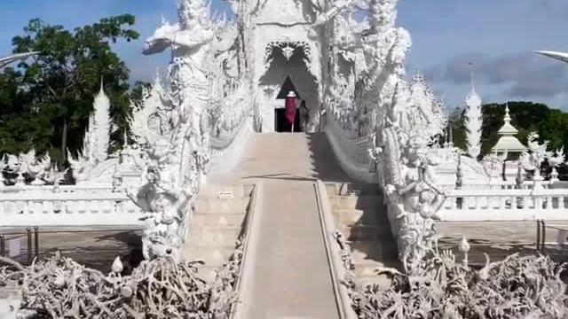 Những ngôi đền kỳ lạ rực rỡ màu sắc ở Thái Lan