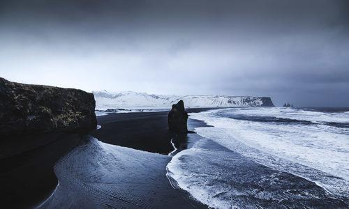 Bãi biển cát đen kỳ lạ ở Iceland