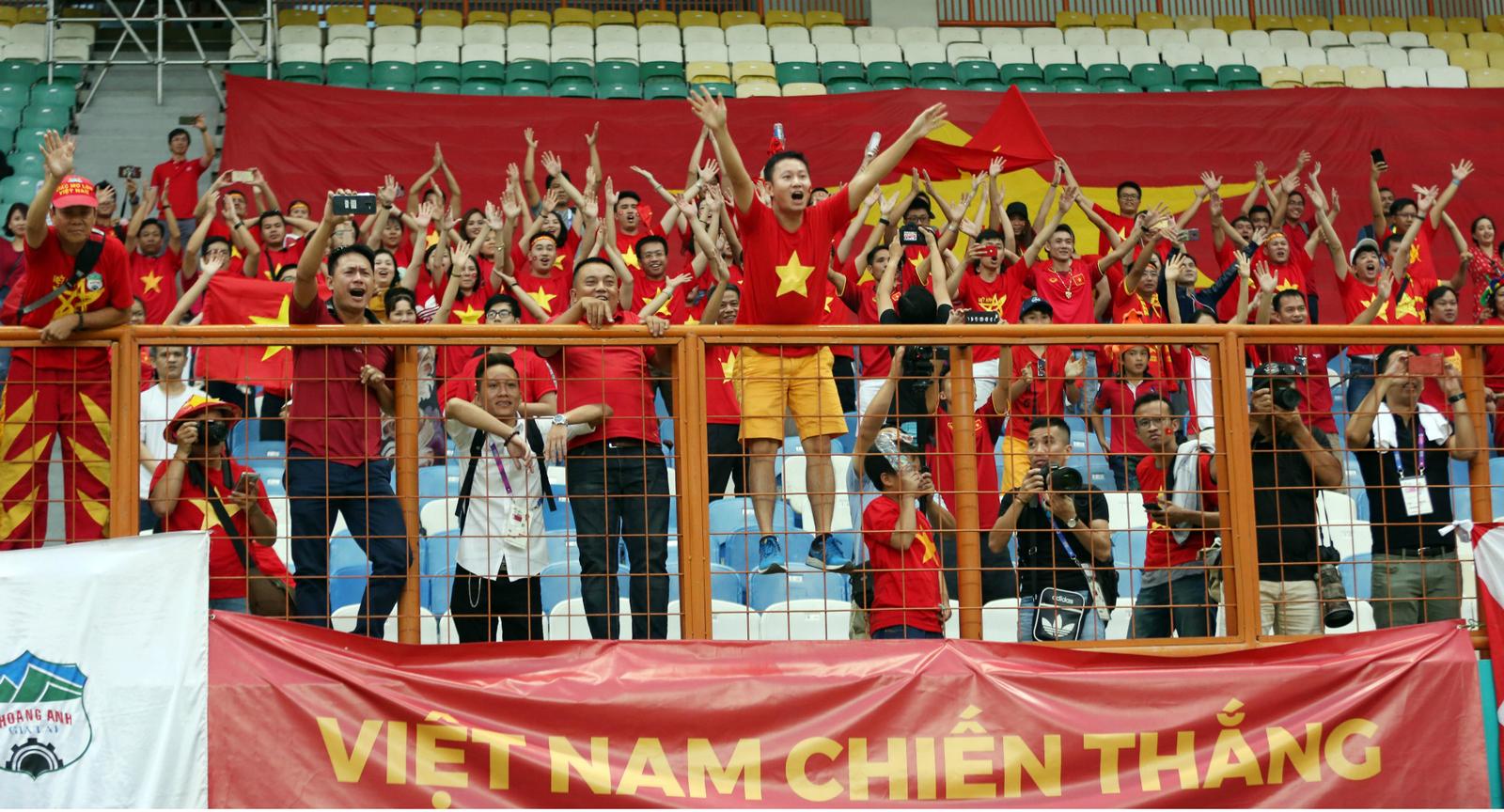 Màn vỗ tay sấm sét ăn mừng kiểu Viking thịnh hành tại Asian Cup