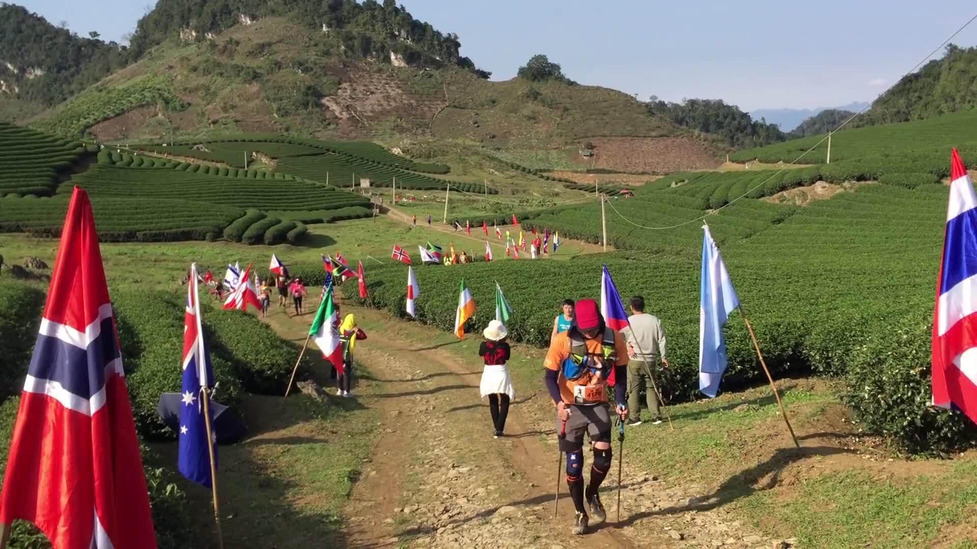 Khách Tây háo hức chạy marathon khám phá Mộc Châu dịp cuối năm