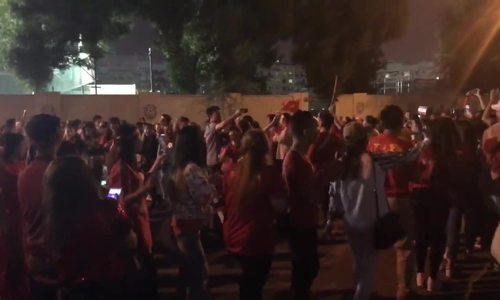 CĐV Việt ở Dubai múa hát sau trận thua của đội nhà