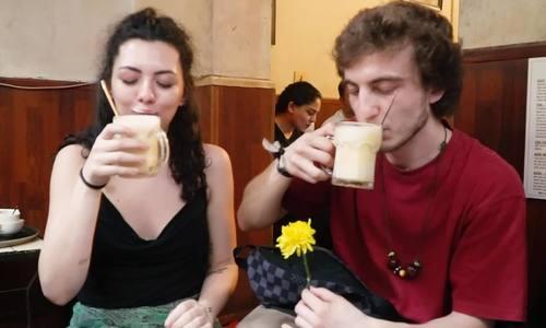 Cảm nhận của khách Tây khi thử bia trứng ở Hà Nội