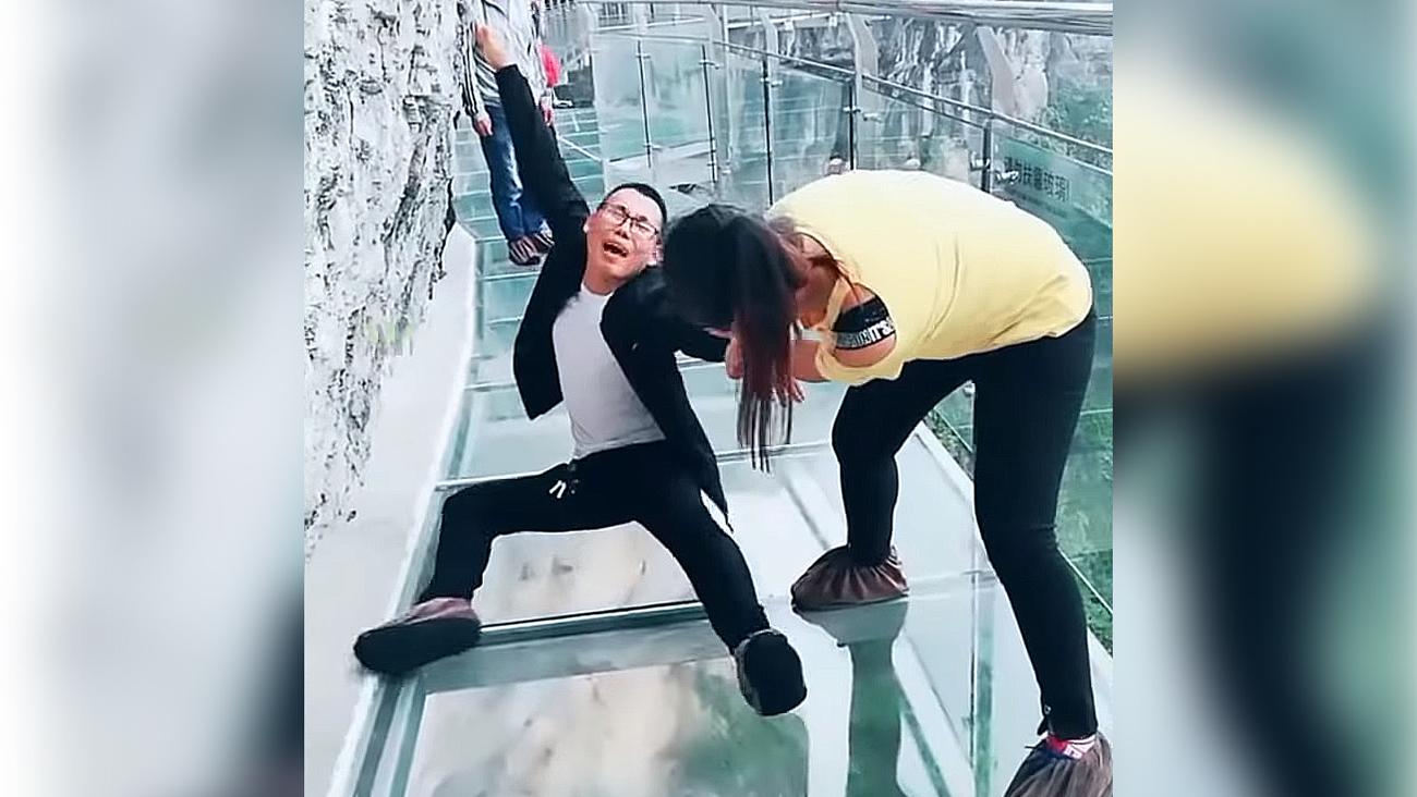 Khách Trung Quốc gào khóc vì sợ khi đi trên cầu kính cao 1.400 m