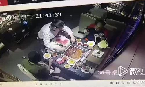 Nồi lẩu phát nổ, bắn nước sôi vào mặt bồi bàn ở Trung Quốc