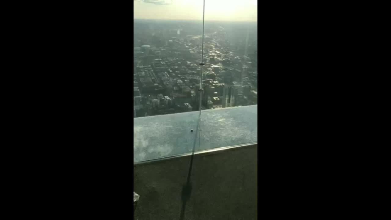 Lên đài quan sát tầng 103, khách tái mặt vì sàn kính nứt toác