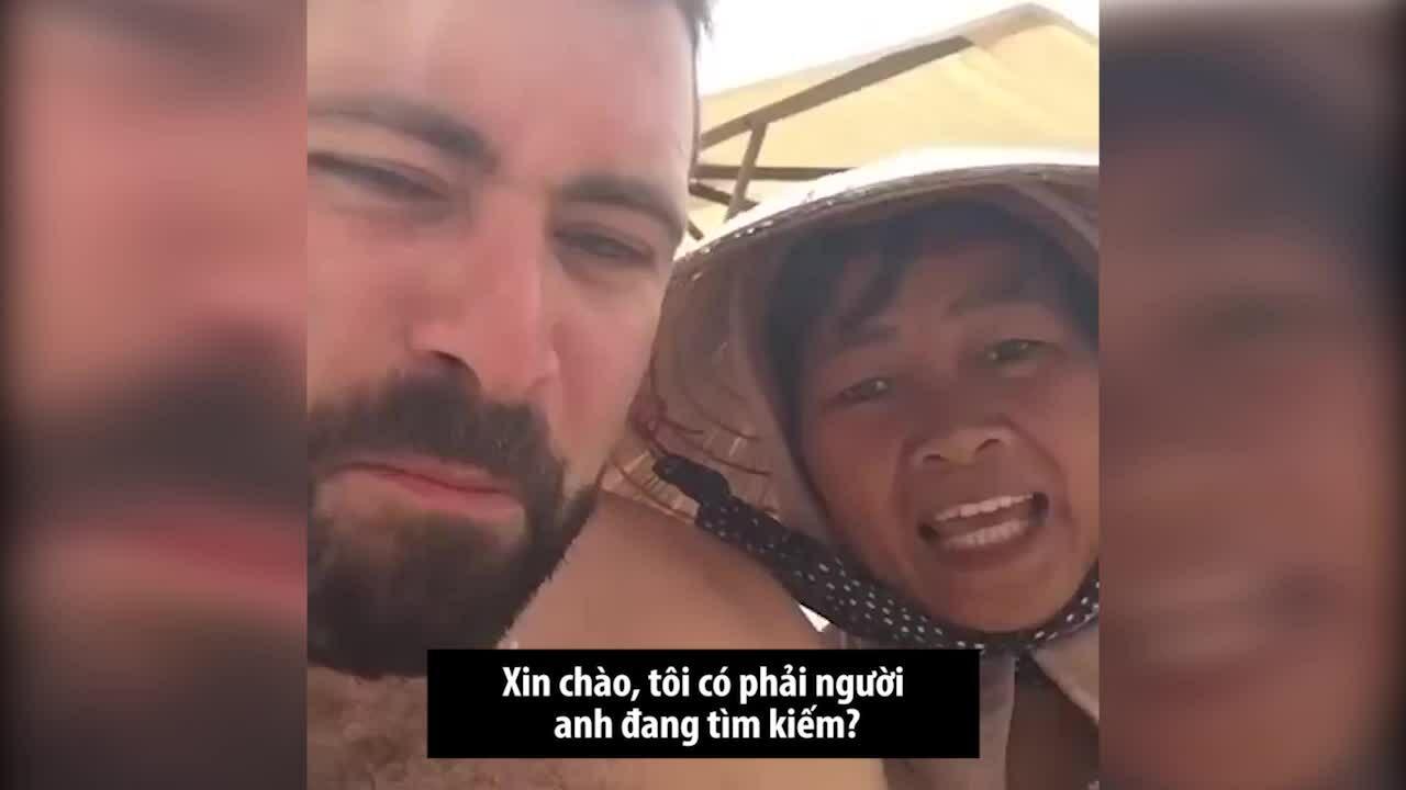 Cô hàng rong nổi tiếng trên bãi biển Việt Nam nhờ điệu hát trái cây