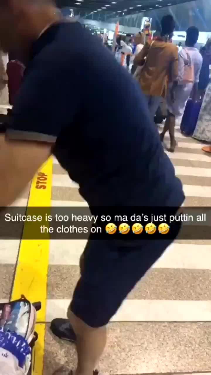 Hành khách mặc 15 lớp áo lên người để tránh quá cân hành lý
