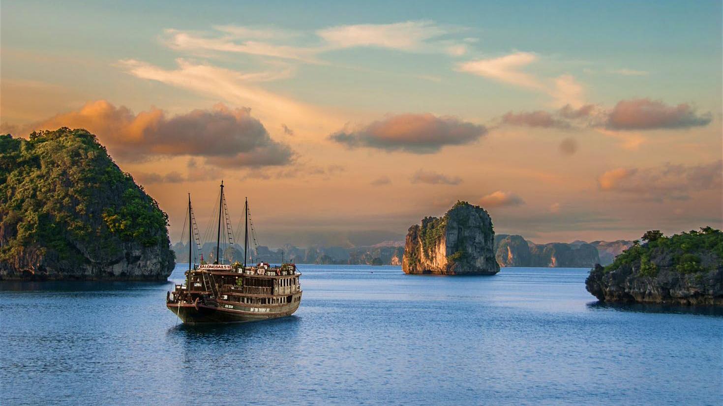 Khách nước ngoài được hướng dẫn du lịch Việt Nam một mình thế nào