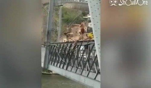 Nữ du khách khỏa thân nhảy cầu cao 45 m