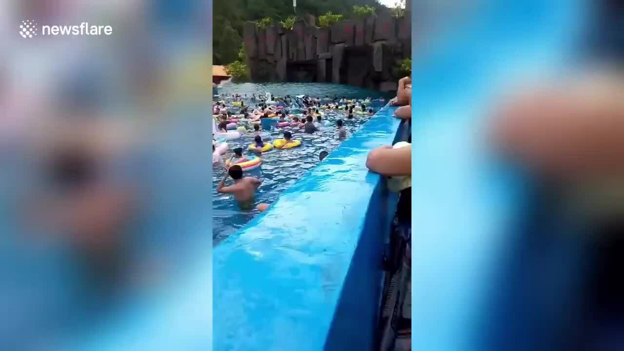 Hồ bơi tạo 'sóng thần' khiến 44 khách bị thương ở Trung Quốc