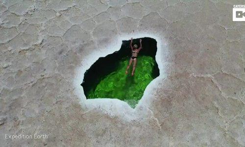 Cô gái trẻ bơi ở nơi nóng nhất thế giới