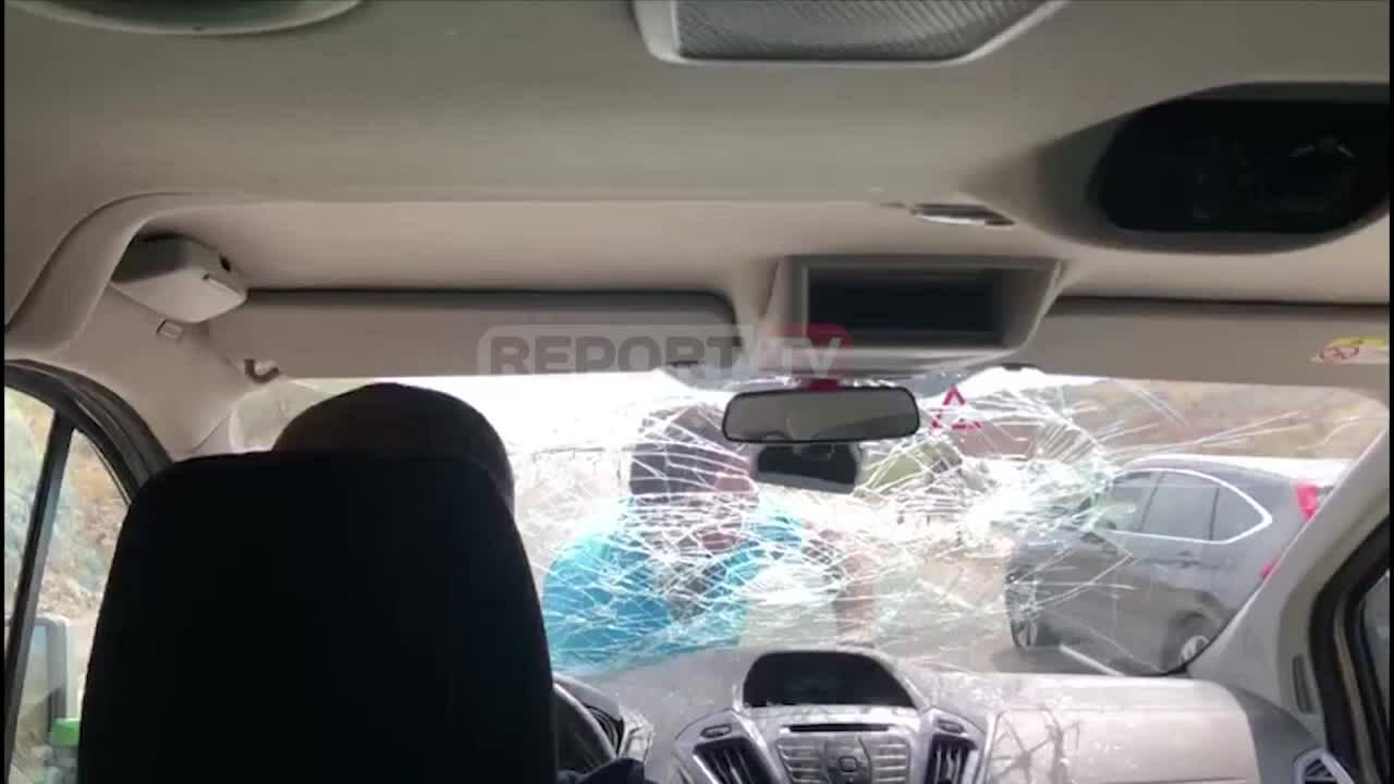 Chủ nhà hàng bám nắp ôtô, đấm vỡ kính xe chở thực khách