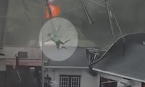 Gió bão cuốn nhân viên quán ăn bay lên mái nhà ở Mỹ