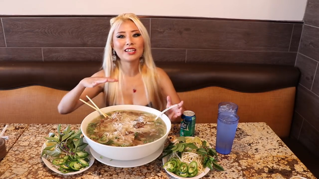 Cô gái một mình ăn hết tô phở khổng lồ trong hơn 20 phút