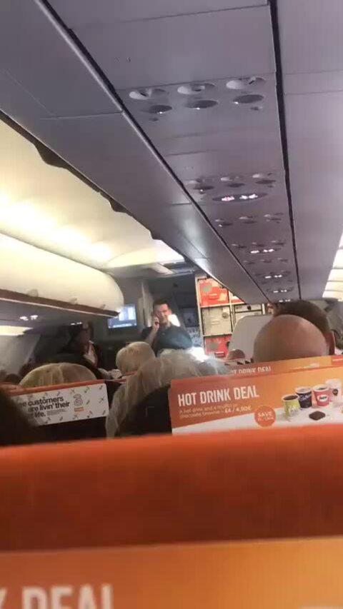 Hành khách lên lái máy bay vì không muốn bị hoãn chuyến