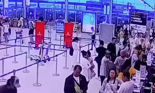 Khách Trung Quốc bị bắt vì nhặt túi tiền rơi