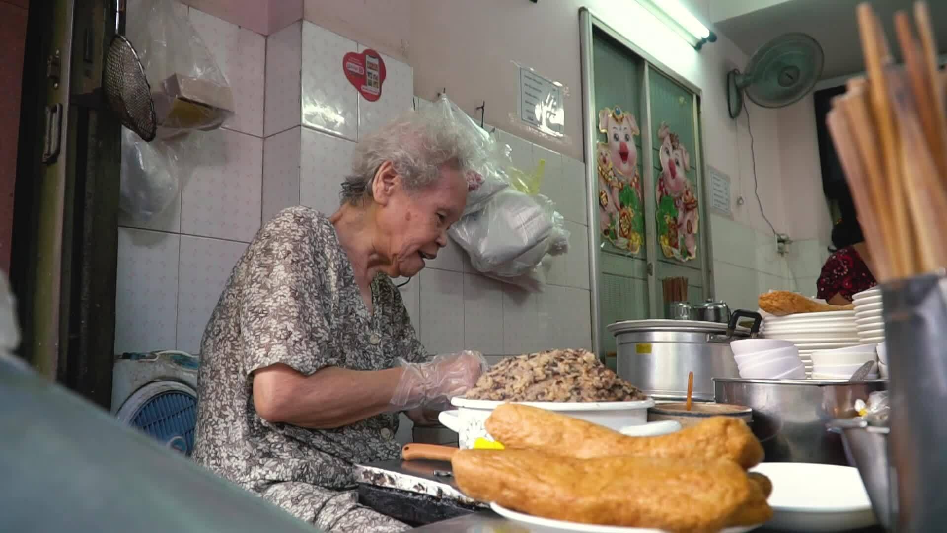 Cụ bà U90 bán bánh cuốn nóng ở chợ Bàn Cờ