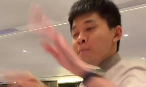 Bồi bàn nổi tiếng nhờ nhảy sexy khi phục vụ lẩu