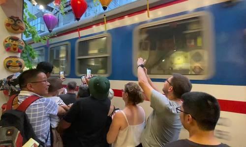Nhiều khách tìm đến 'cà phê đường tàu' trước khi đóng cửa