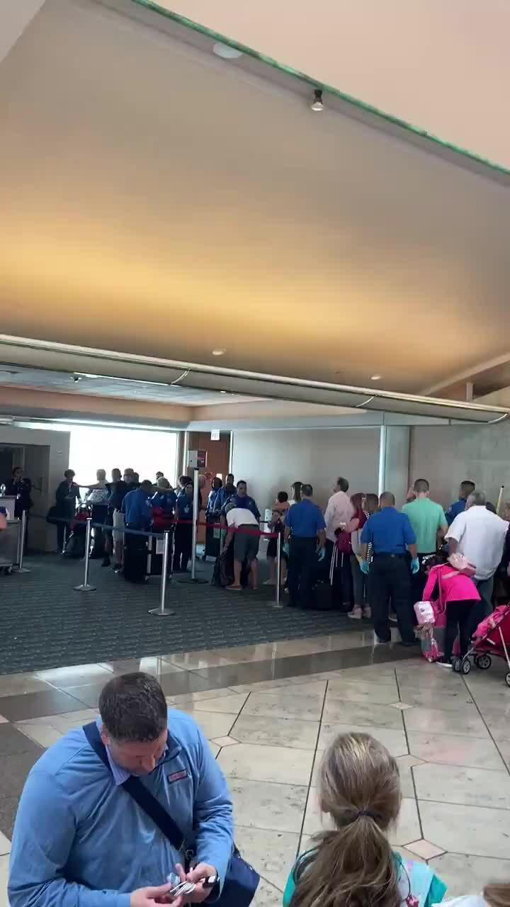 Máy bay trễ giờ vì khách không có vé vẫn lên ngồi
