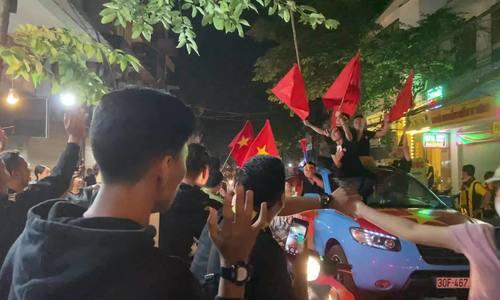 CĐV Malaysia sốc vì cách ăn mừng ở Việt Nam