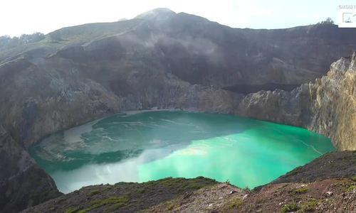 Những ao hồ có màu sắc kỳ lạ