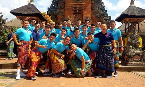 Tuyển Việt Nam quấn sà rông đi chơi tại Bali