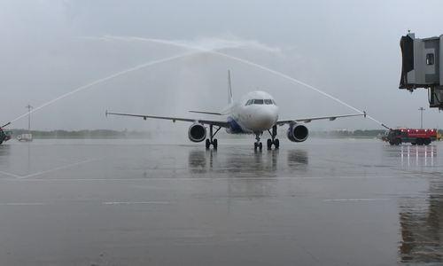 Xe vòi ròng phun nước đón máy bay