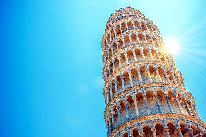 Vì sao tháp Pisa nghiêng theo nhiều hướng?
