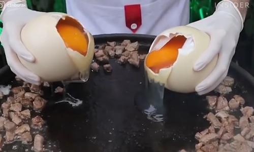 Đầu bếp chuyên dùng trứng đà điểu nấu món ăn khổng lồ
