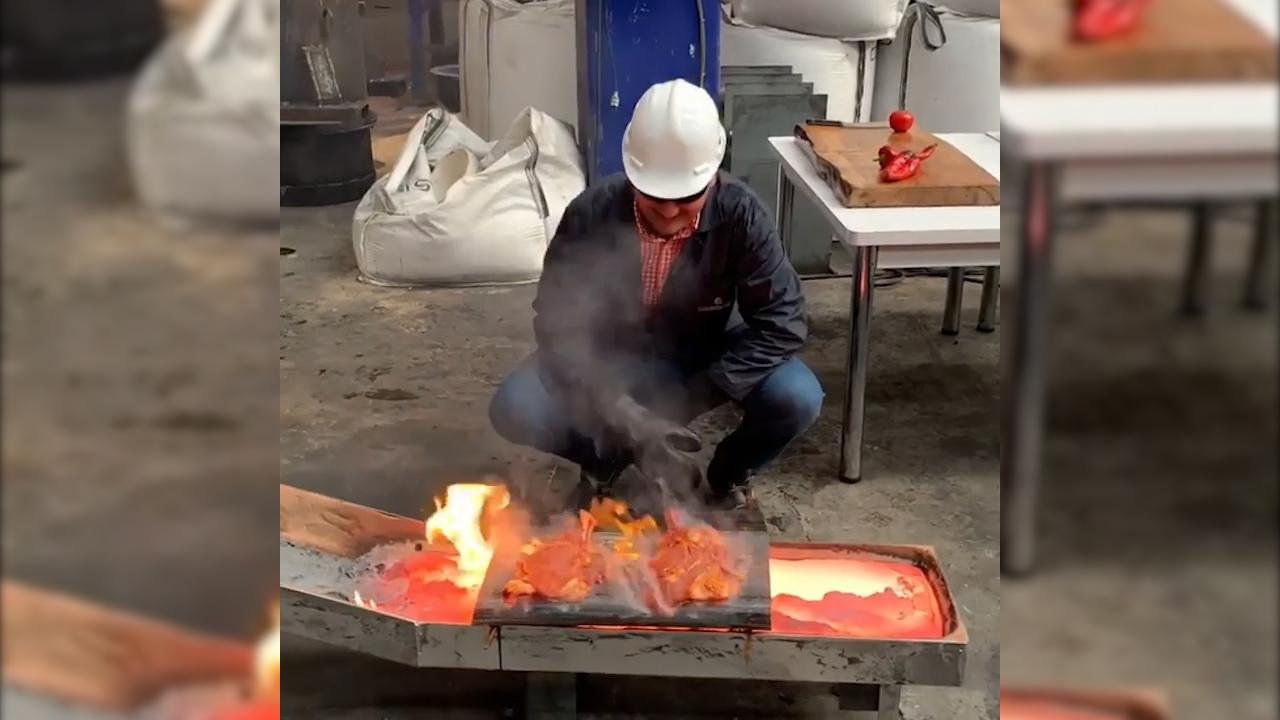 Đầu bếp mở tiệc BBQ trong nhà máy luyện gang