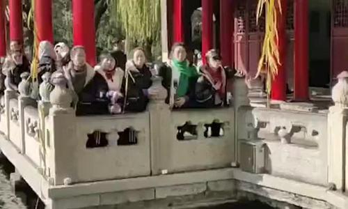 Khách Trung Quốc phun nước xuống hồ để chụp ảnh
