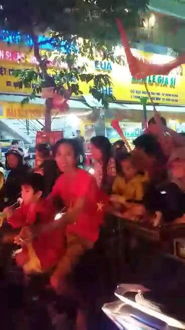 Khách nước ngoài yêu thích cách ăn mừng chiến thắng của người Việt