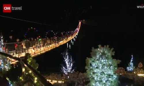 Cầu treo dài nhất Mỹ thắp đèn đón Giáng sinh