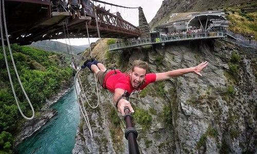 Thót tim nhảy bungee từ vách đá