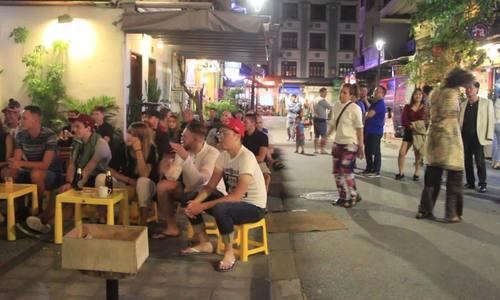 Khách Tây thỏa thích vui chơi ở phố đêm đến 2h sáng