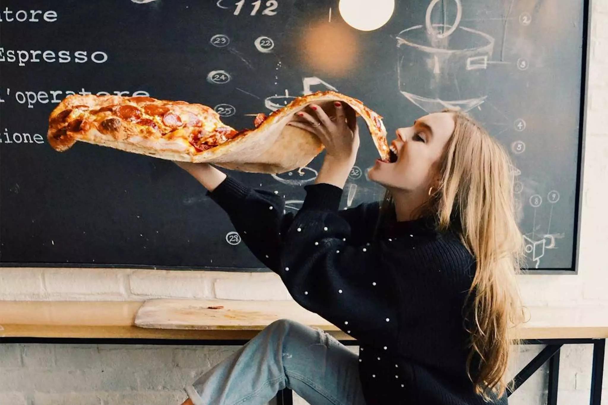 Miếng pizza dài hơn 60 cm