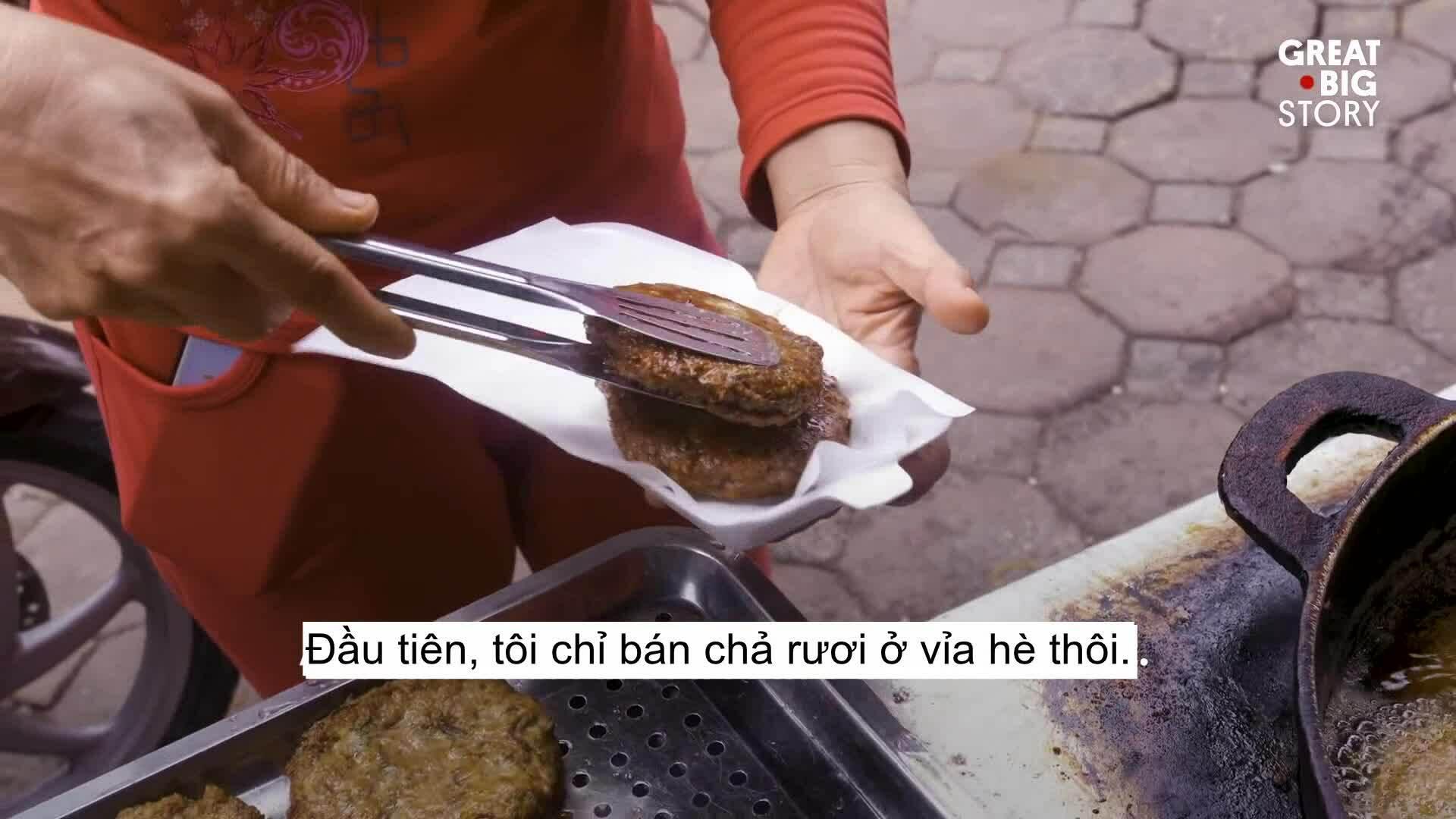 Quán chả rươi 20 năm đông khách ở Hà Nội