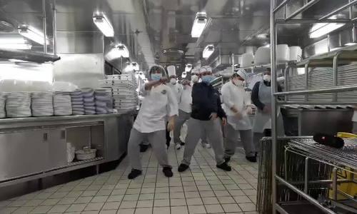 Thủy thủ đoàn nhảy múa trên tàu bị cách ly