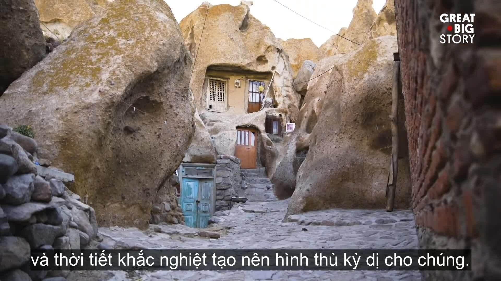 Ngôi làng 'tổ ong' 700 năm trong đá núi lửa