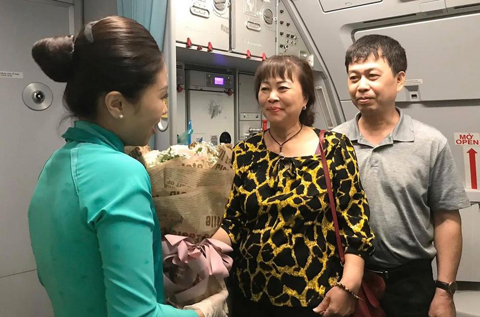 Điều bất ngờ tiếp viên Việt tặng hai vị khách đặt biệt