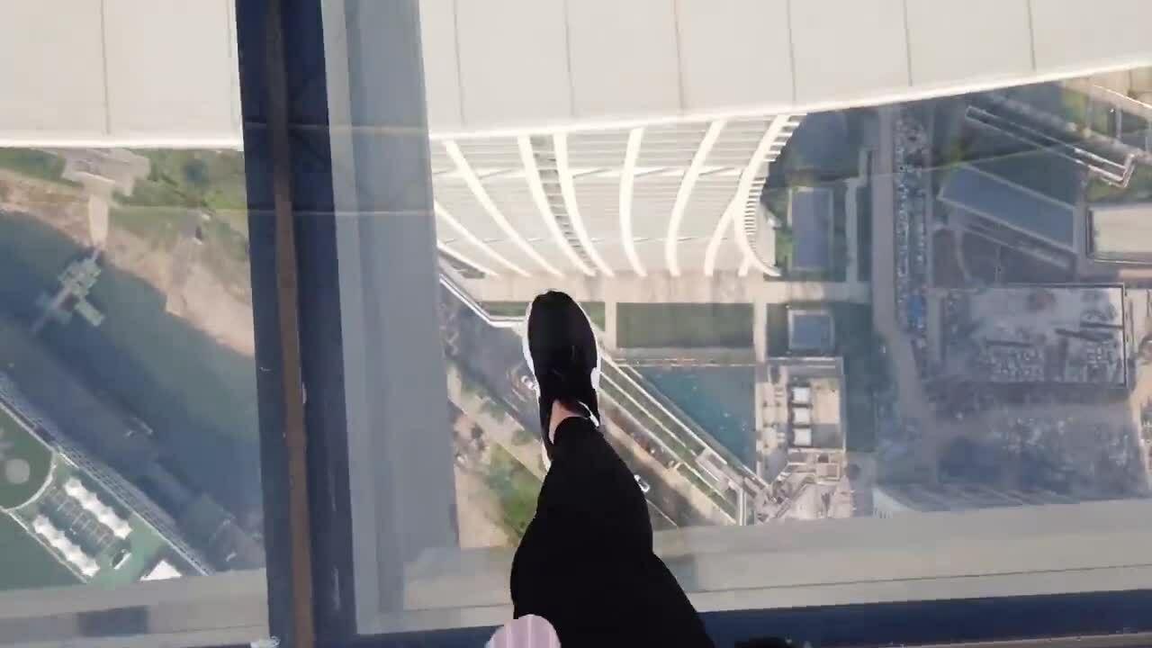 Cảm giác mạnh trên tòa nhà nằm ngang cao nhất thế giới