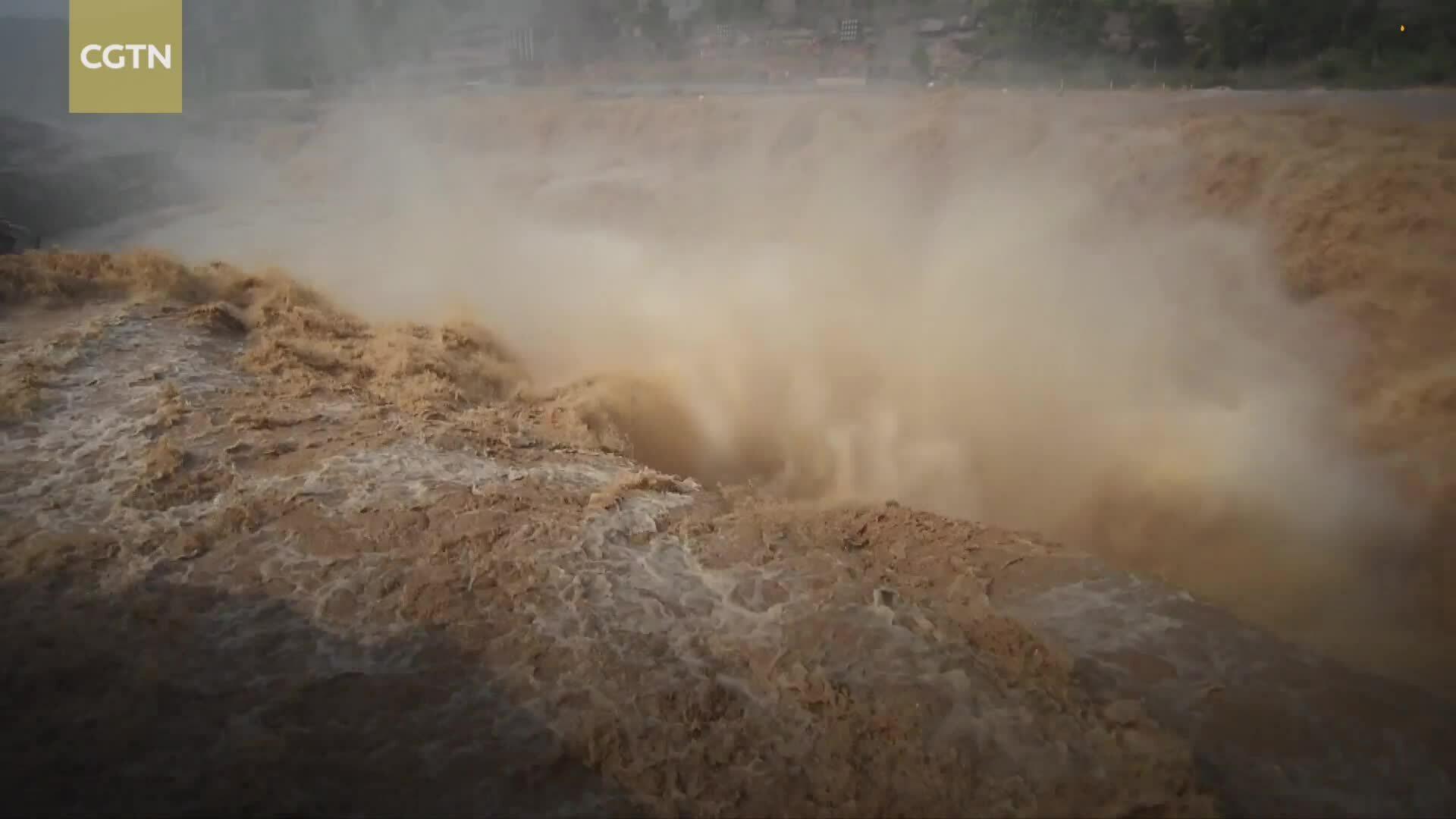 Khách Trung Quốc đổ xô đi ngắm thác mùa lũ